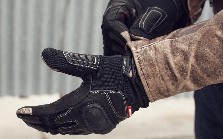 En caso de lluvia la caña de los guantes la insertaremos bajo la manga