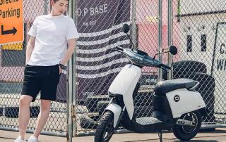 Xiaomi Super Soco pose moto blanca